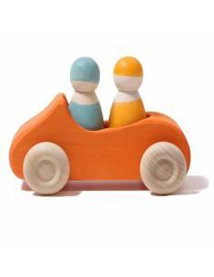 Coche de madera naranja con dos pasajeros Grimm's