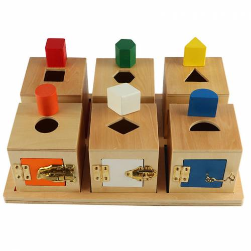 Bandeja con 6 cajas de cerraduras y formas  Juguetes Sensoriales