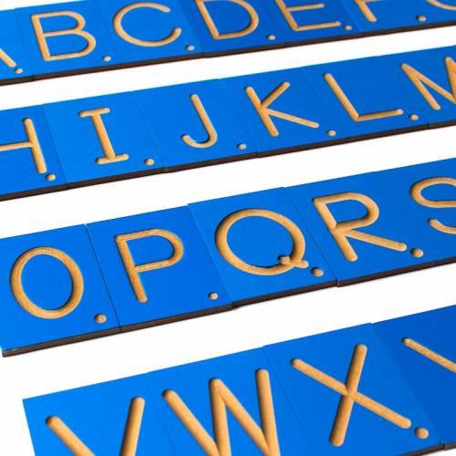 Letras, números y signos en surco sobre madera  Aprender a leer