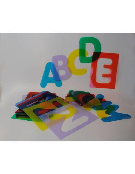 Silueas de letras mayúsculas translúcidas